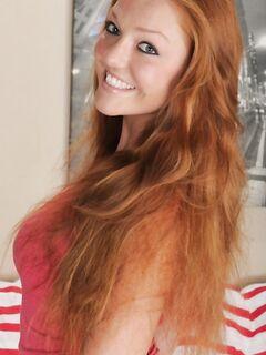 Девушка Фарра с рыжими волосами раздевается догола перед своим парнем