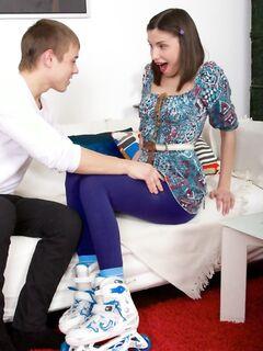 Молодая девушка занимается анальным сексом со своим парнем и он кончает ей в анус