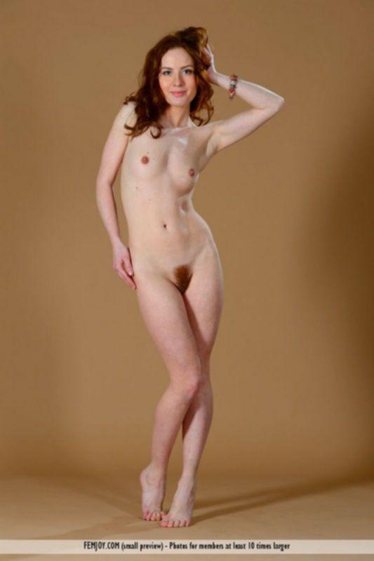 Худенькая рыжая женщина Алиса позирует голая на фотосессии