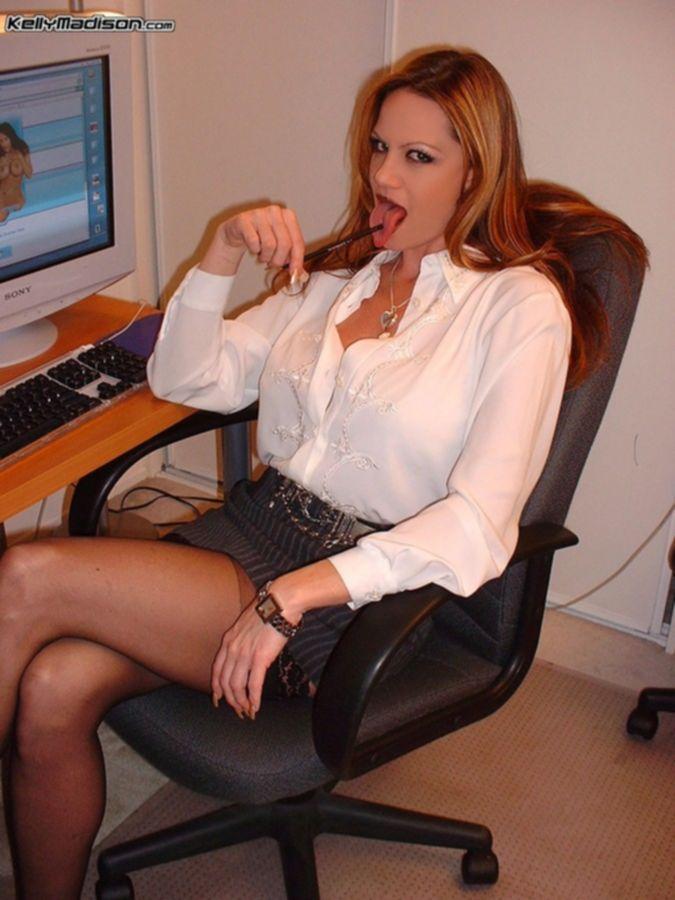 Неповторимая порно звезда Келли Мэдисон умело отсасывает