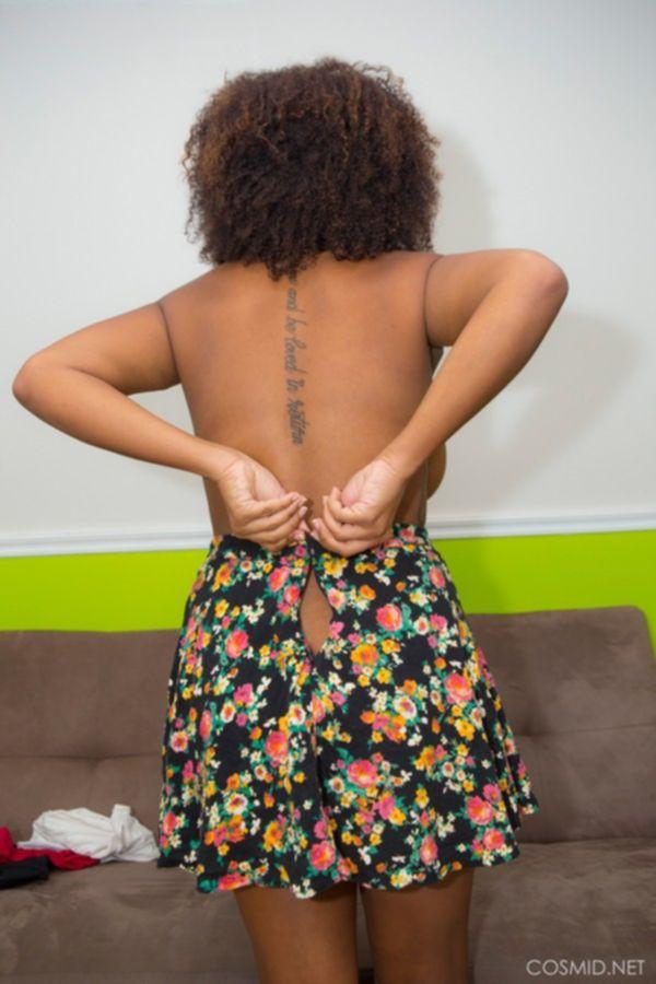 Молодая девка в спальне устроила показ своих больших сисек
