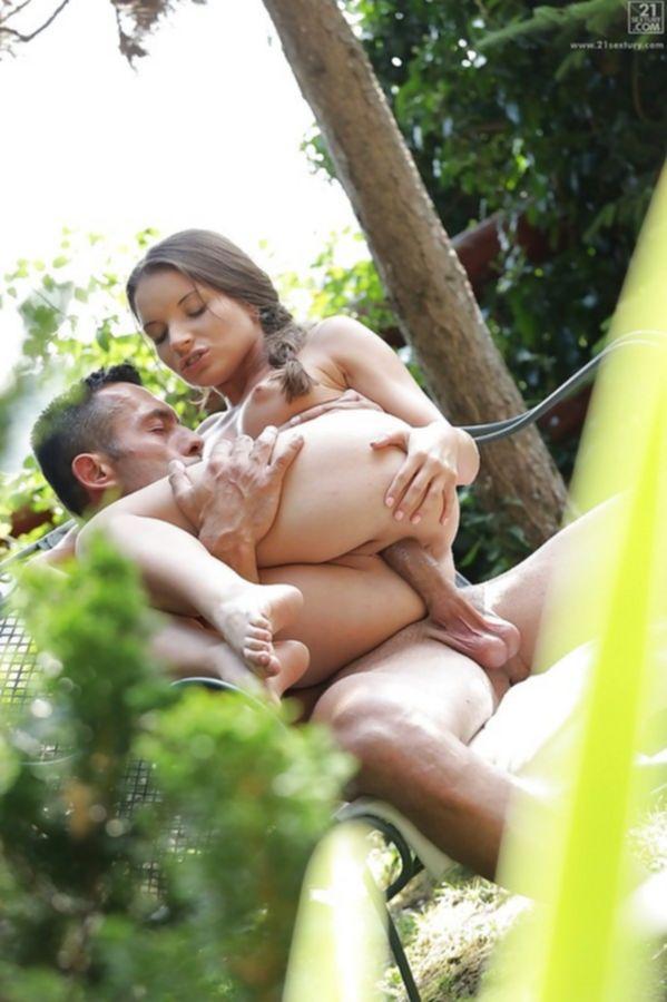 Африканка с большими сиськами разделась догола показала пизду и начала дрочить вибратором