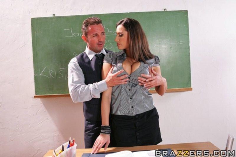 Босс раздел секретаршу и оттрахал ее на рабочем столе