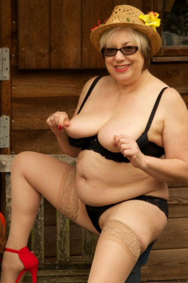 Зрелая толстушка брюнетка балуется с самотыком