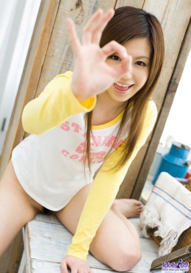 Голая молодая азиатка во время мытья окон раздевается и показывает пизду