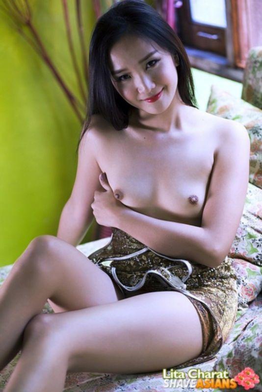 Горячая азиатка с маленькими сиськами и бритой пиздой хочет помастурбировать