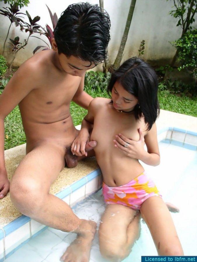 Молодая сексуальная тайка трахается с любовником возле бассейна