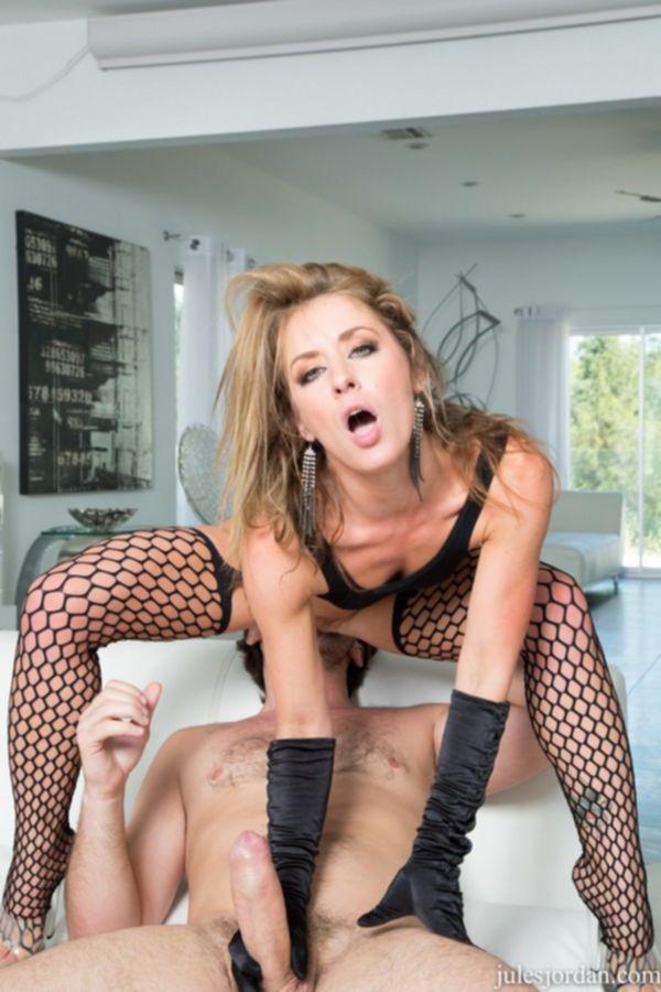 Порно модель Шейна Шоу сосет член и трахается в задницу