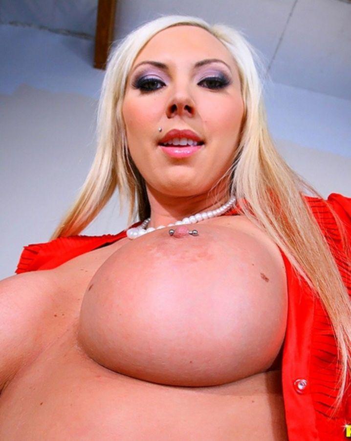 Секс в офисе с блондинкой с тату на сексуальном теле и пирсингом
