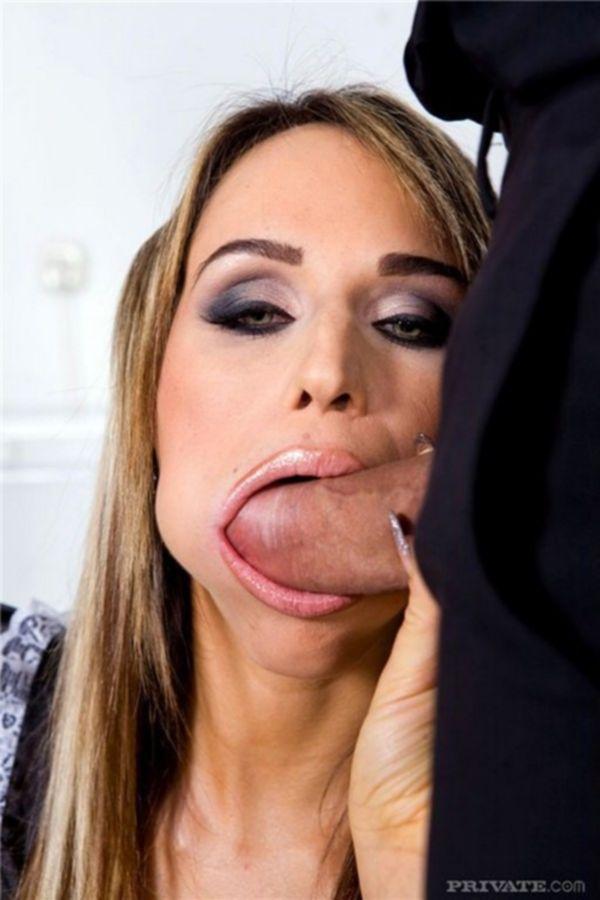 Два охранника трахнули в жопу официантку и накончали ей спермы в рот