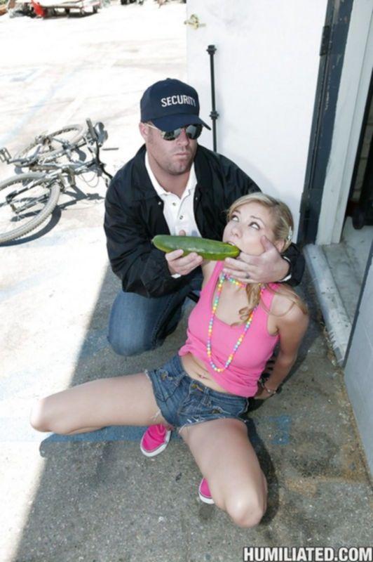 Охранник трахает воровку в туалете и дает ей хуй в рот