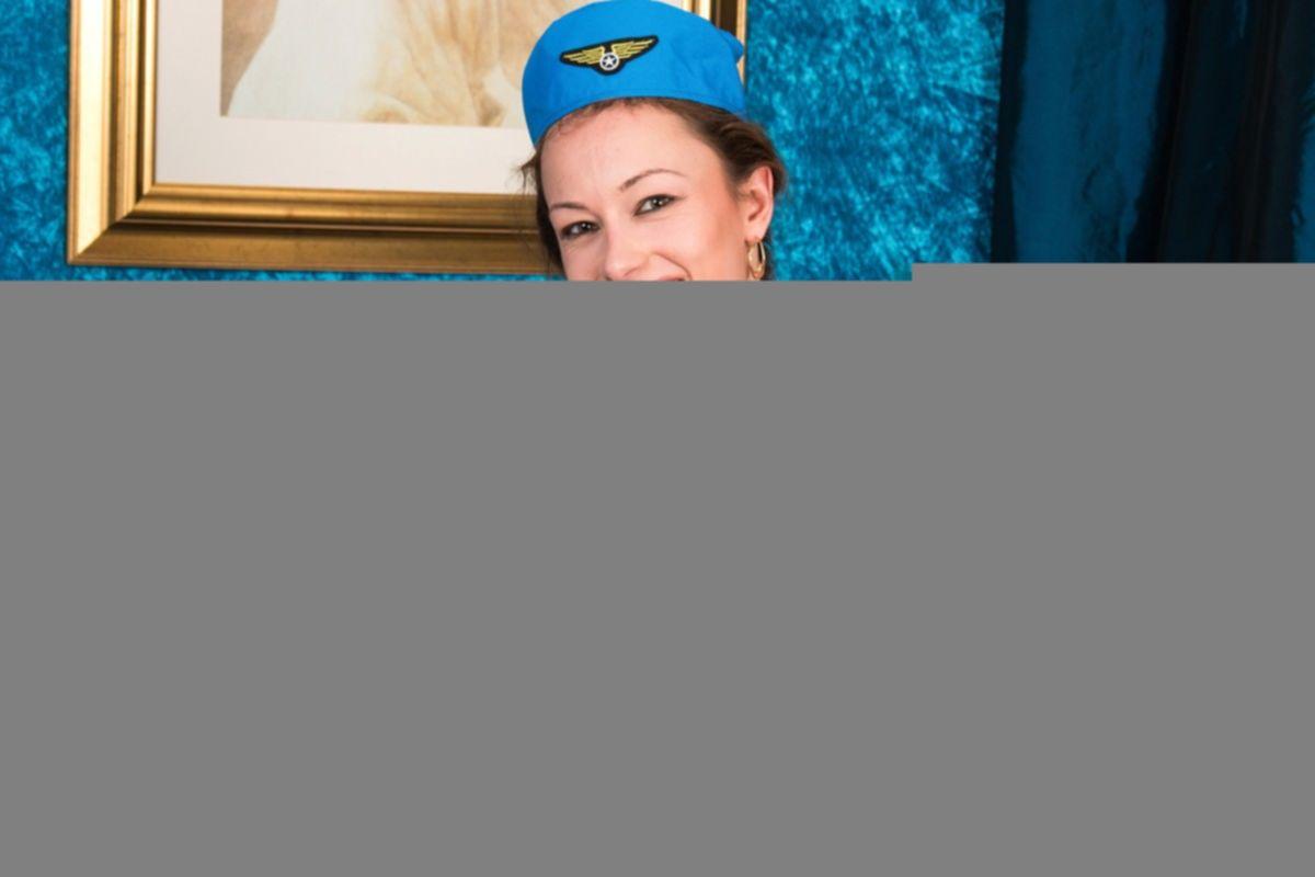 Стюардесса разделась догола и принялась ласкать свою пизду