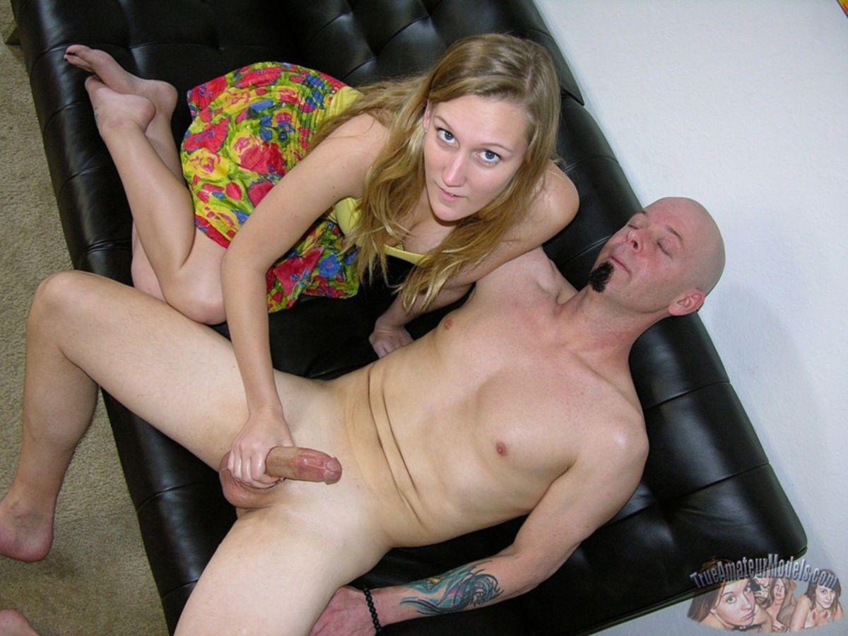 Блондинка дрочит побритый пенис своему лысому любовнику