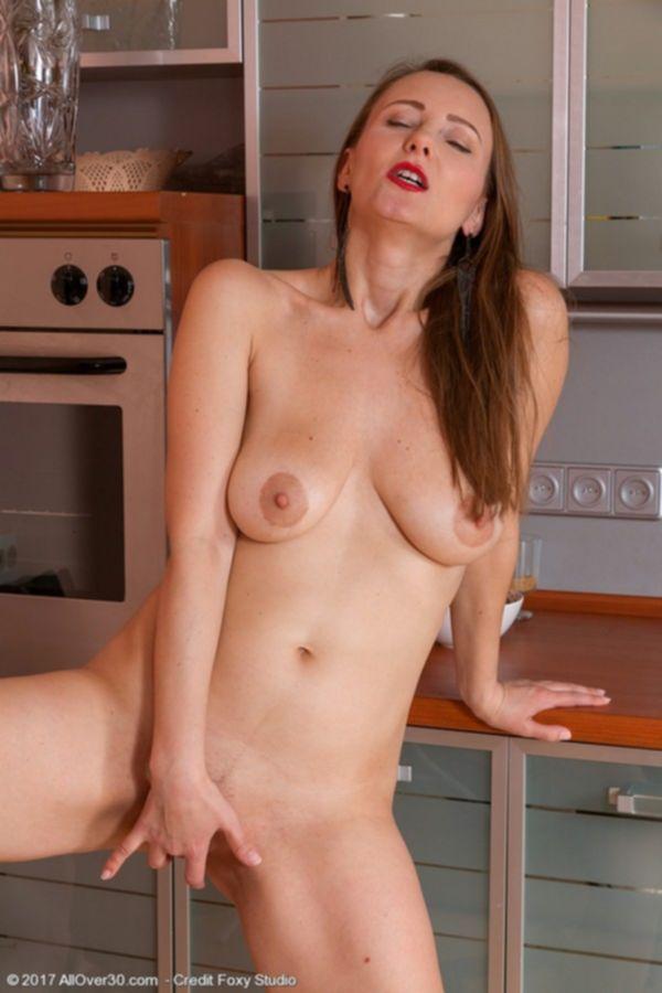 Прекрасная зрелая женщина в спальне позирует голышом перед мужем