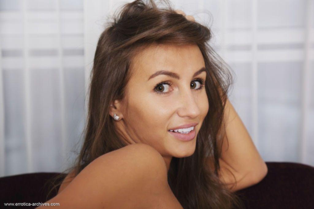 Молодая стройная девушка с плоскими сиськами и волосатой писькой раздевается дома
