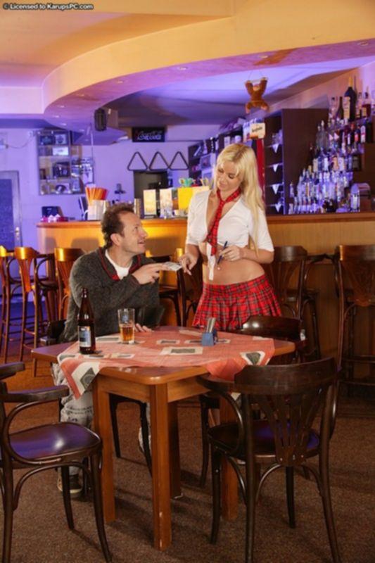 Пышногрудая барменша делает минет пьяному позднему посетителю