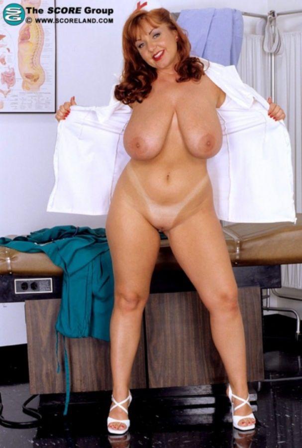 Толстая медсестра с большими сиськами трахает себя самотыком