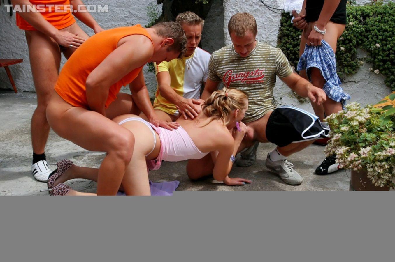 Блондинка с волосатой пиздой разделась догола в спортзале