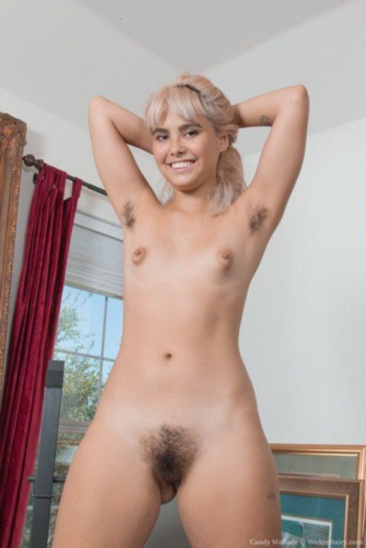Девушка с волосатой пиздой и жопой позирует на фото сессии