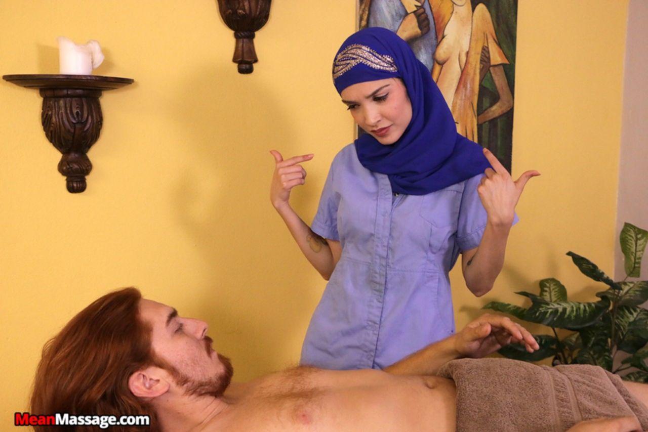 Арабская массажистка связала клиента и подрочила ему член