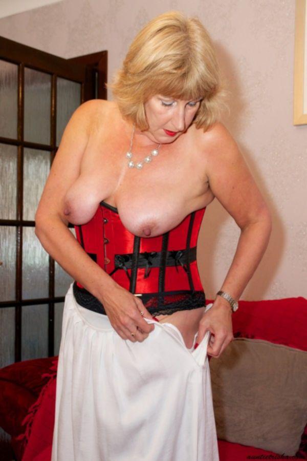 Голая зрелая баба с большими сиськами и большой жопой моет окна