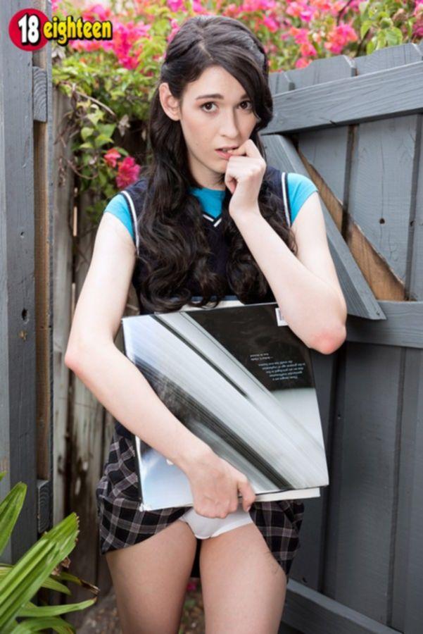 Молодая, кудрявая студентка с маленькими сиськами с торчащими сосочками и бритой пиздой