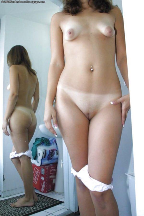 Девушка с маленькими титьками и красивой попокой раздвигает половые губы перед зеркалом