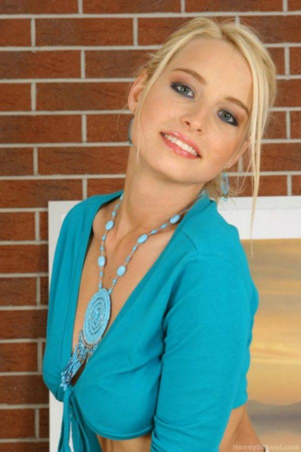 На эротической фотосессии голая сисястая блондинка стоит раком