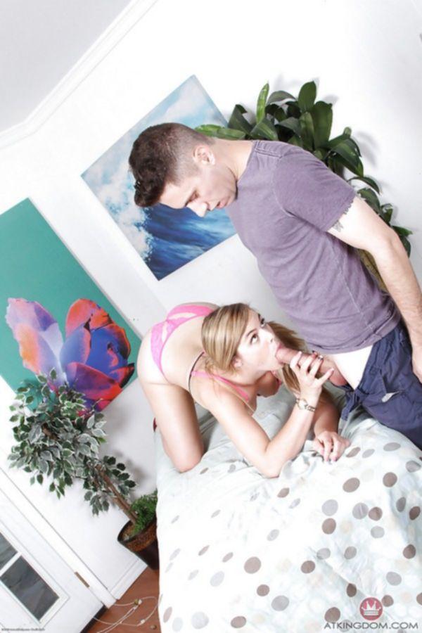 Девушка с маленькими сиськами демонстрирует интимные дырочки